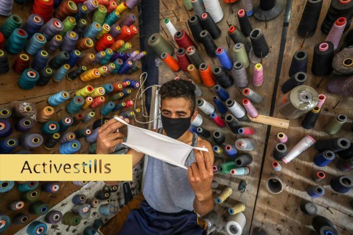 פלסטיני שמייצר מסיכות בעיר עזה, ב-29 באוגוסט 2020 (צילום: מוחמד זאנון / אקטיבסטילס)