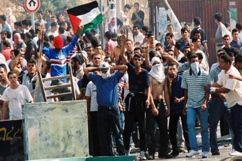 ההחלטה לא להעמיד לדין את השוטרים שירו באוקטובר 2000 אינה מקרית. מפגינים בצומת אום אלפאחם באירועי אוקטובר (צילום: יוסי זמיר / פלאש 90)
