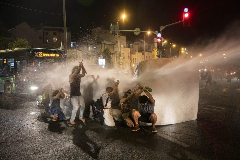 מכתזית של המשטרה מנסה לפזר מפגינים בכיכר פריז (צילום: אורן זיו)