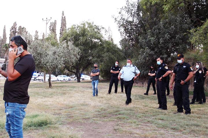 כוח משטרה גדול בניר דוד (צילום: גמזו הפקות)