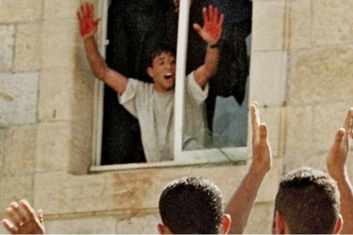 """התמונה שהתקבעה כהוכחה ל""""רצחנות"""" הפלסטינית. הלינץ' ברמאללה (ויקיפדיה)"""