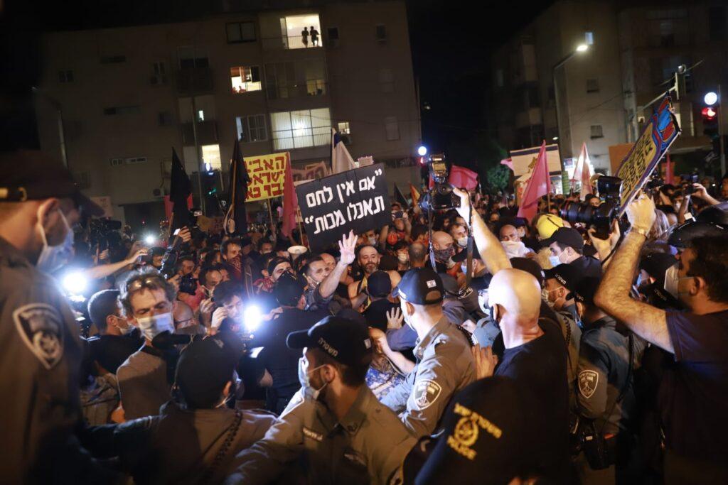 מפגינים מתעמתים עם המשטרה בערב בתל אביב במסגרת המחאות נגד נתניהו 10.10.20 (צילום: אורן זיו)