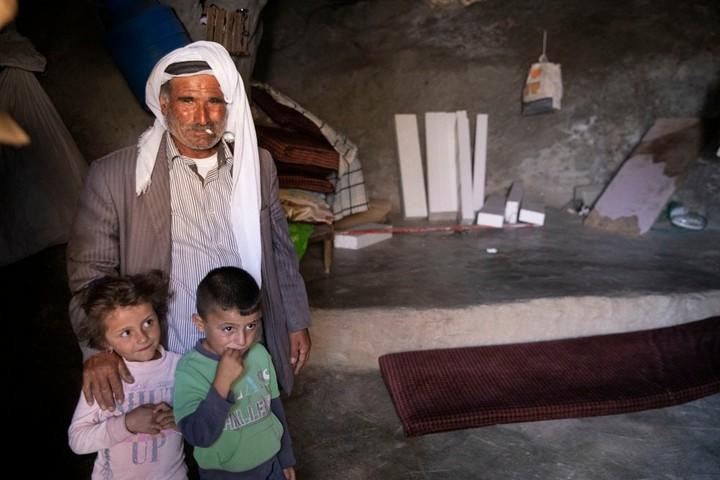 """""""עבר עוד יום בלי שגורשנו"""". משפחה במסאפר יטא בדרום הר חברון בשבוע שעבר (צילום: אורן זיו)"""
