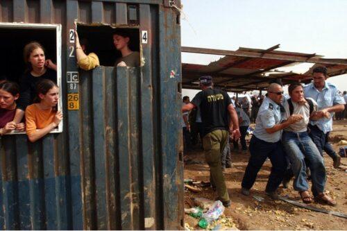 למשטרה ולמתנחלים יש מטרה משותפת. פינוי מאחז בחוות גלעד בגדה המערבית (צילום: פלאש 90)