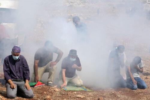 הצבא יורה גז מדמיע ישירות על מתפללים בבית דג'ן (צילום: אורן זיו)