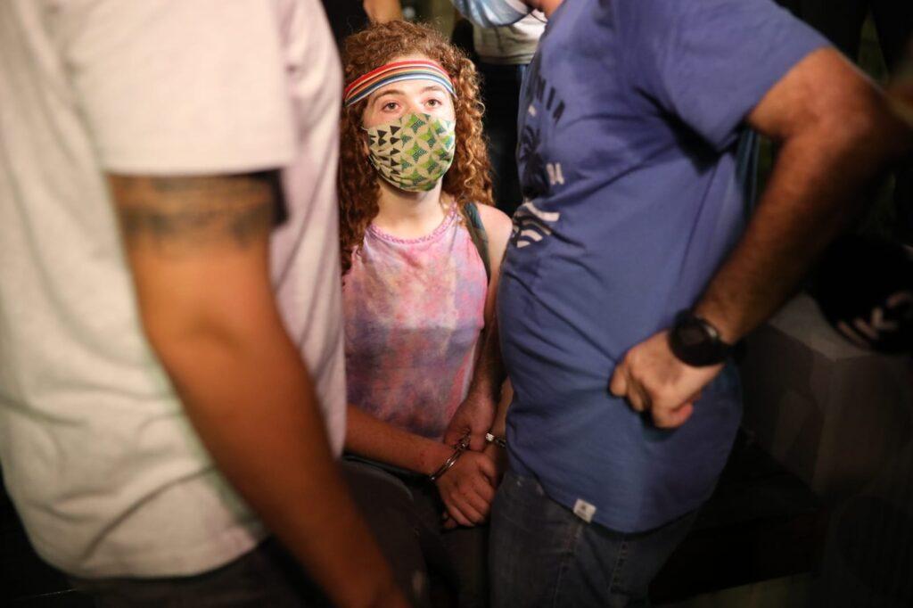 צעירה שנעצרה במהלך ההפגנה בתל אביב (צילום: אורן זיו)