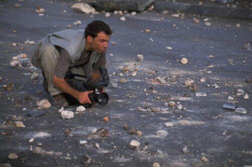 """התקשורת התיישרה מהר מאוד עם הקו הרשמי של ישראל. צלם עיתונות בצומת איו""""ש ליד רמאללה (צילום: עודד בלילטי / לע""""מ)"""
