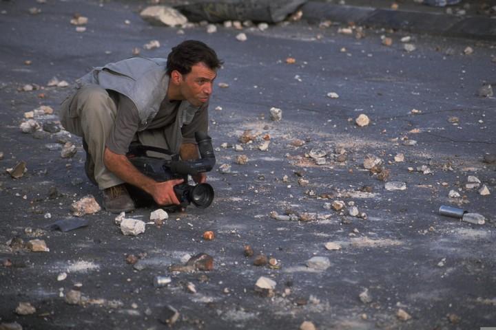 """התקשורת התיישרה מהר מאוד עם הקו הרשמי של ישראל. צלם עיתונות בצומת איו""""ש ליד רמאללה (צילום: נדב בלילטי / לע""""מ)"""