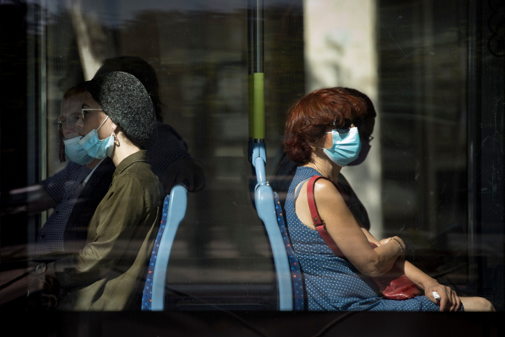 הקורונה ביססה את עצמה כמרחב ביניים חברתי. נוסעות ברכבת הקלה בירושלים (צילום: אוליביה פיטוסי / פלאש90)