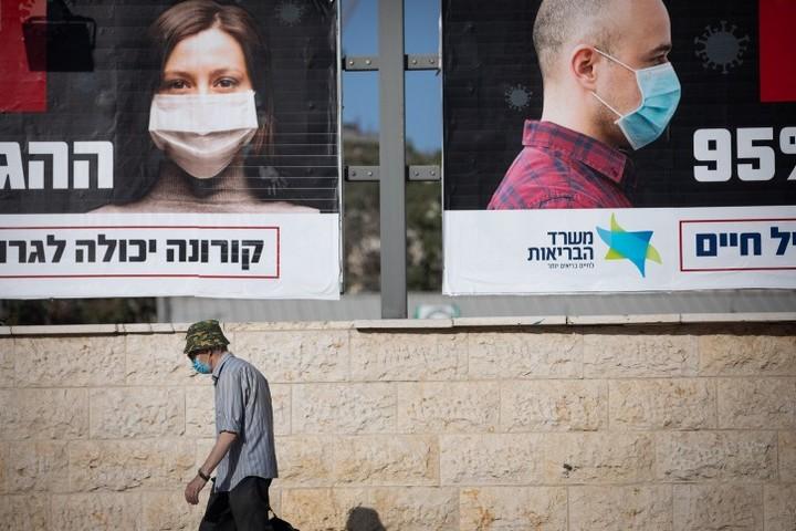 רק מעטים יודעים מאין בא השם covid19. כרזות של משרד הבריאות בירושלים (צילום: יונתן זינדל / פלאש90)