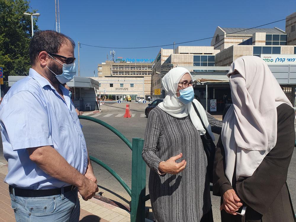 תגריד, אשתו של של שובת הרעב מאהר אלאח׳רס, אורכת דינו אחלאם חדאד וח״כ עופר כסיף מחוץ לבית החולים קפלן. (צילום: אורן זיו)