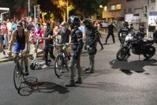 להוציא אוויר מהגלגלים: השיטה של השוטרים להתנכל למפגינים