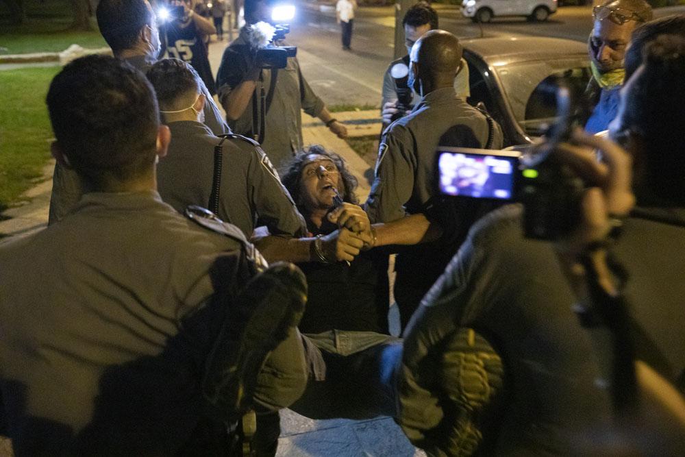 שוטרים עוצרים את סדי בן שטרית בסיום ההפגנה בכיכר פריז שבירושלים, 17 באוקטובר 2020 (צילום: אורן זיו)