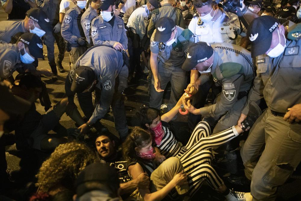 שוטרים עוצרים מפגינים בכיכר פריז בירושלים (צילום: אורן זיו)