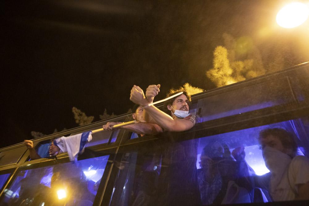 עצורים בזינזאנה משטרתית בהפגנה בכיכר פריז ביולי (צילום: אורן זיו)
