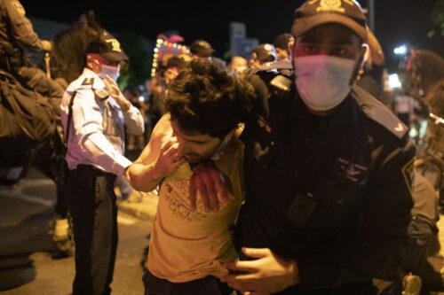 שוטר עוצר את ירדן שפר (צילום: אורן זיו)