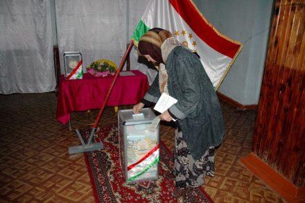 דוגמאות קיצון להתפתחויות של מערכות ממשל וחברה אזרחית ברפובליקות הפוסט-סובייטיות. בחירות בטג'יקיסטן 2010 (ויקיפדיה)