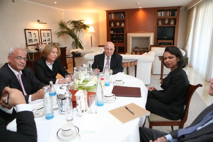 """סאיב עריקאת (משמאל) בפגישת מו""""מ בירושלים עם מזכירת המדינה האמריקאית דאז קונדוליסה רייס, שרת החוץ דאז ציפי לבני ואבו עלא, ב-4 במאי 2008 (צילום: יוסי זמיר / פלאש90)"""