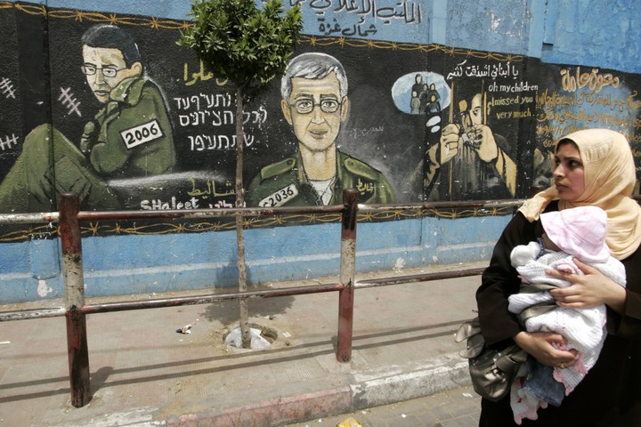 """""""לקולוניאליזם ההתיישבותי יש השפעות ייחודיות על נשים"""". אישה פלסטינית ותינוקה במחנה הפליטים בג'באליה (עבד רחים חטיב / פאלש 90)"""