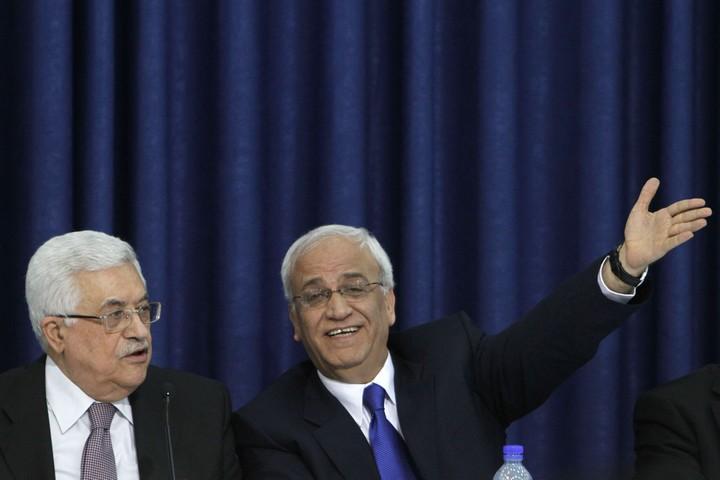 סאיב עריקאת עם נשיא הרשות הפלסטינית, מחמוד עבאס, במסיבת עיתונאים ברמאללה, ב-28 באפריל 2011 (צילום: מרים אלסטר / פלאש90)