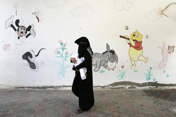 שליטתה של ישראל ברישום האוכלוסין הקטינה ככל הנראה את מספר הפלסטינים הרשומים בגדה ובעזה במאות אלפים. אישה פלסטינית ותינוקה במחנה הפליטים רפיח (עבד רחים חטיב / פאלש 90)