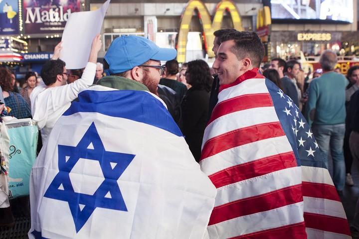גופי התקשורת האלו עדיין מכתיבים את האופן שבו נתפסים פלסטינים בעיניי אמריקאים, ופלסטינים עדיין מודרים מהדיון הזה. הפגנה פרו-ישראלית בניו-יורק, אוקטובר 2015 (אמיר לוי / פלאש 90)