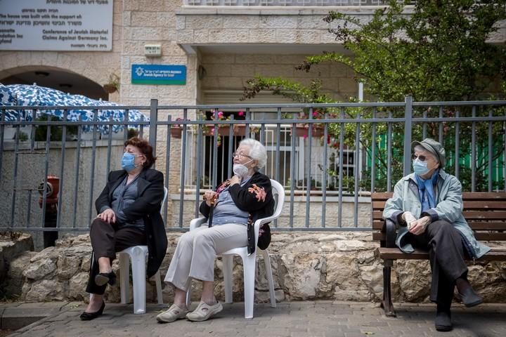 זקנים בבית אבות בירושלים, ב-10 במאי 2020 (צילום: יונתן זינדל / פלאש90)