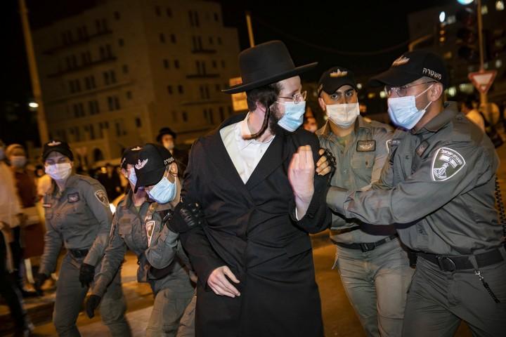 """שוטרי מג""""ב מתעמתים עם חסידים בהפגנה נגד הסגר שהוטל על השכונות רוממה וקריית בעלזא בירושלים, ב-13 ביולי 2020 (צילום: אוליבייה פיטוסי / פלאש90)"""