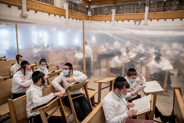 אברכים לומדים בקפסולות בישיבת קמניץ בירושלים, ב-2 בספטמבר 2020 (צילום: יונתן זינדל / פלאש90)