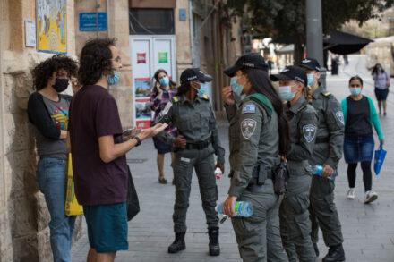 """שוטרי מג""""ב מסיירים ברחוב יפו בירושלים, ב-21 באוקטובר 2020 (צילום: נתי שוחט / פלאש90)"""