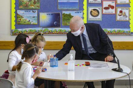שר החינוך, יואב גלנט, מבקר בבית ספר במבוא חורון ב-1 בספטמבר 2020 (צילום: מרק ישראל סלם)