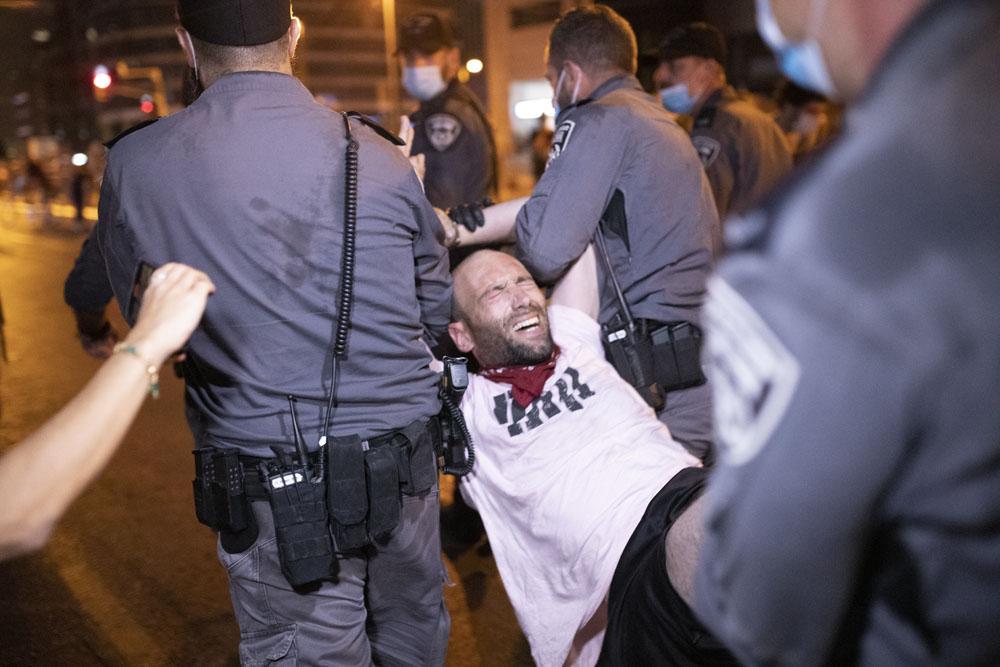 שוטרים עוצרים מפגין בשבוע שעבר בתל אביב (צילום: אורן זיו)