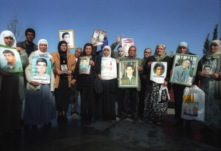 משפחות חללי אוקטובר 2000 מפגינות מחוץ לישיבת ועדת אור, 11 ביוני 2001 (פלאש 90)