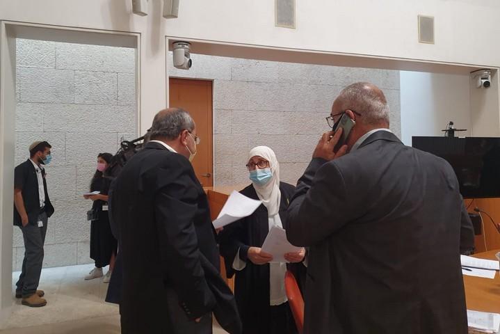 עורכת דינו של מאהר אלאח'רס, אחלאם חדאד, עם חברי הכנסת אחמד טיבי, אוסאמה סעדי ויוסף ג'בארין, בבית המשפט העליון, ב-12 באוקטובר 2020 (צילום: אורלי נוי)