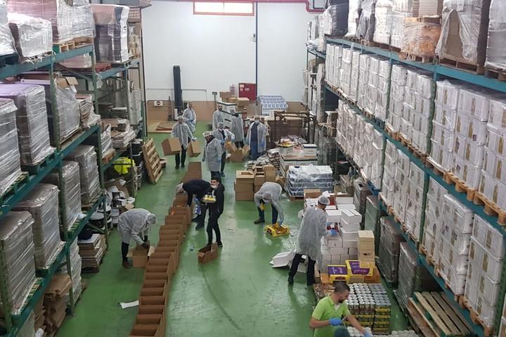 מתנדבים מכינים סלי מזון באום אלפחם (צילום: באדיבות ועדת החירום אום אלפחם)