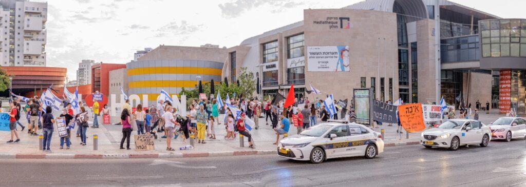 האלימות לא מרתיעה את המפגינים. חאה בכיכר המדיטק בחולון (צילום: רמי פז הר)
