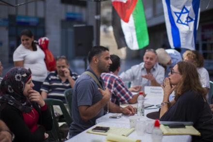 ישראלים ופלסטינים בירושלים, באוגוסט 2013 (צילום: יונתן זינדל / פלאש90)