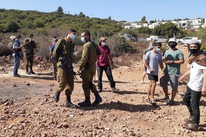 חיילים בשטח של עאמר אבו חיג'לה (צילום: אביב טטרסקי, באדיבות דהרמה מעורבת חברתית)