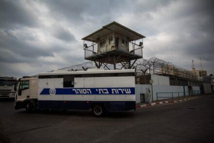 רכב להעברת אסירים מחוץ לכלא איילון, ב-2013 (צילום: אקטיבסטילס)