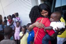 משפחה דרום סודנית נפרדת מחבריהם בתל אביב, לפני עליה לאוטובוס לנתב״ג, במסגרת החלטת הגירוש של סודנים לדרום סודן ב-2012 (צילום: אורן זיו)