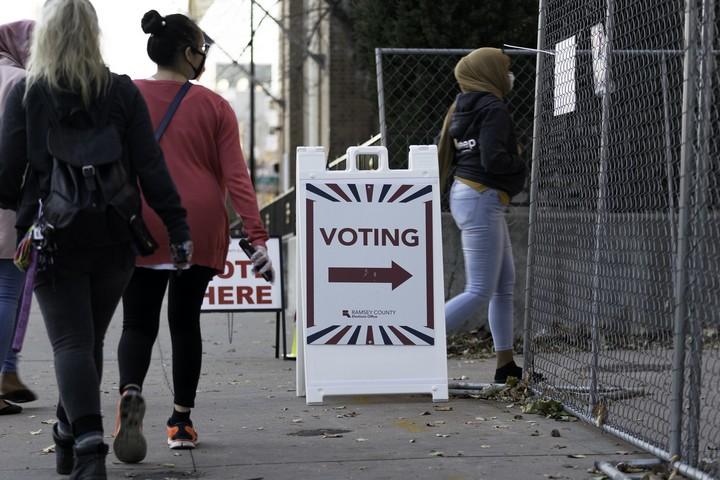 """אם באמריקה היתה נהוגה שיטה של """"קול אחד לכל אחד"""", הדמוקרטים היו חוגגים ניצחון. בוחרות בסנט פול, מינסוטה (צילום: לורי סאול CC BY SA 2.0)"""