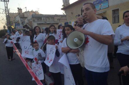 """""""כולם רוצים לשלוט בנשים ולהחליט בשבילן"""". מוחמד חדאד בהפגנה בלוד (צילום: עמותת נעם)"""