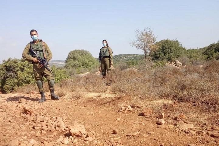 """""""יהיה בסדר"""". חיילים על אדמותיו של עאמר אבו חיג'לה, לפני שעוכב (צילום: עאמר אבו חיג'לה)"""