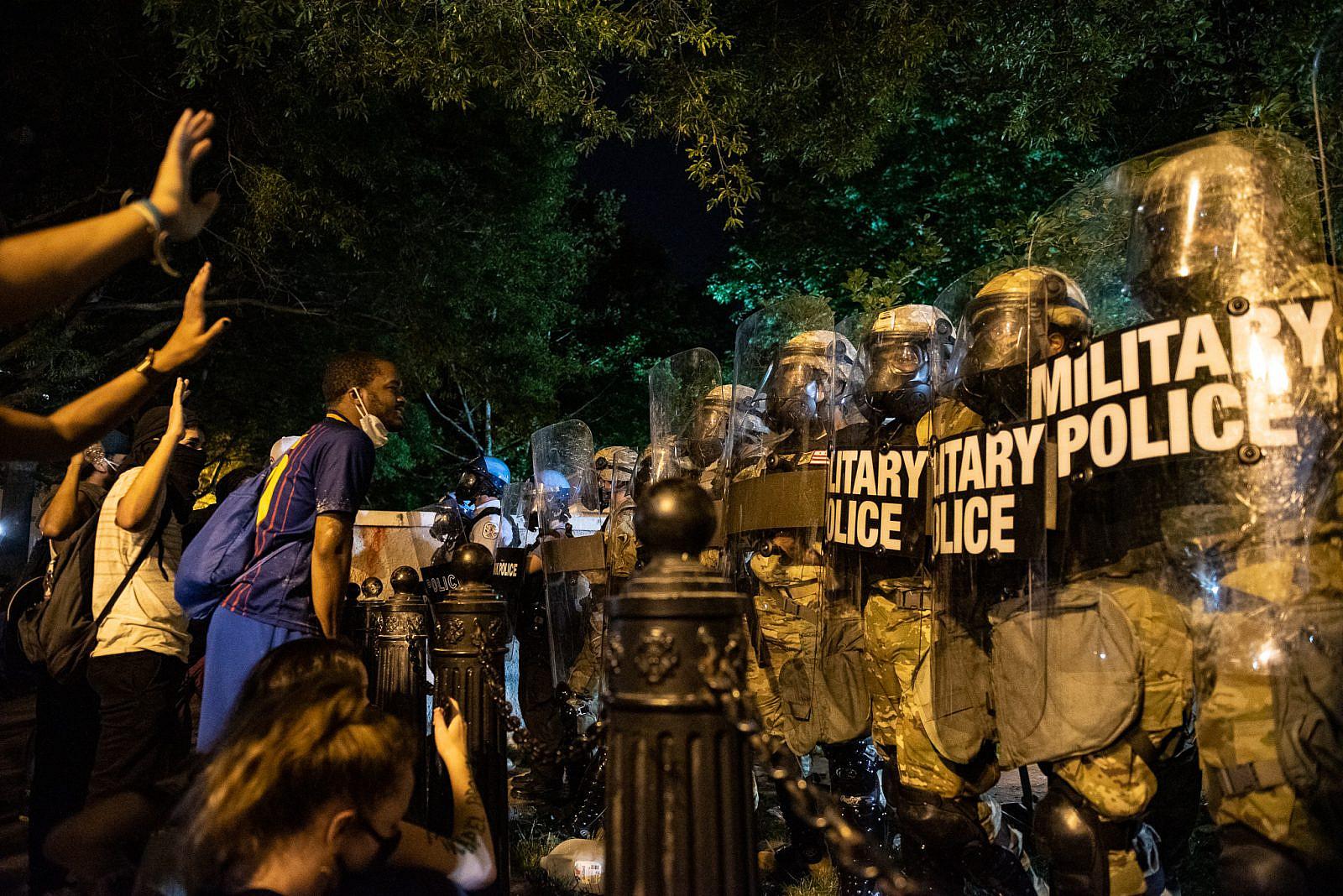 הלגיטימיות הפוליטית לתנועות כמו בלאק לייבס מטר מתרחבת. הפגנה בוושינגטון אחרי הרצח של ג'ורג' פלויד (רוזה פינדה, ויקימדיה)
