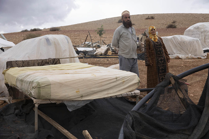 אבו ראני עוואודה ופאדווה אבו עווד ליד הריסת ביתם בח׳ירבת חומסה א-פוקא שבבקעת הירדן (צילום: אורן זיו)