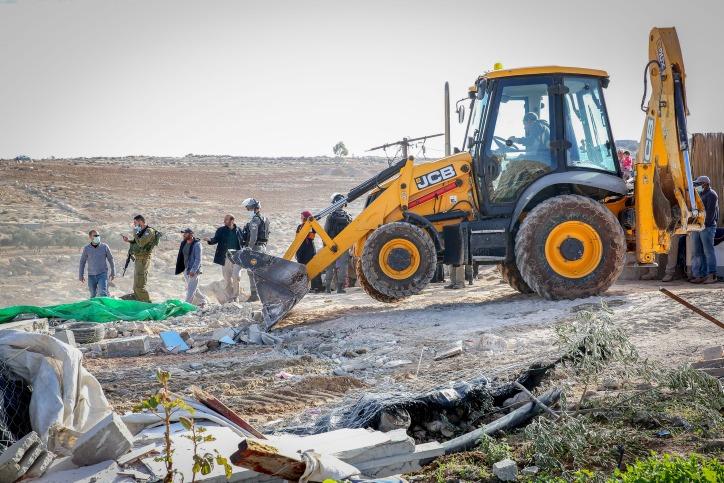 נראה לך עוזר שישראלים באים לכאן? הבולדוזרים הורסים בדרום הר חברון (צילום: ויסאם השלאמון / פלאש 90)