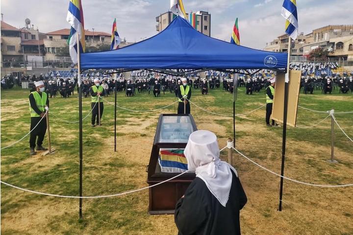 שמרו על ריחוק חברתי בזמן הלוויה. הלוויה של השייח' אבו זין אלדין חלבי ממג'דל שמס (צילום: פאדי אמון)