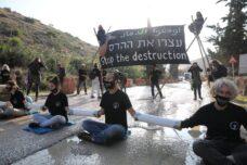 מחאה בכניסה למחצבה בגדה: נגד הכיבוש והנזק לאקלים