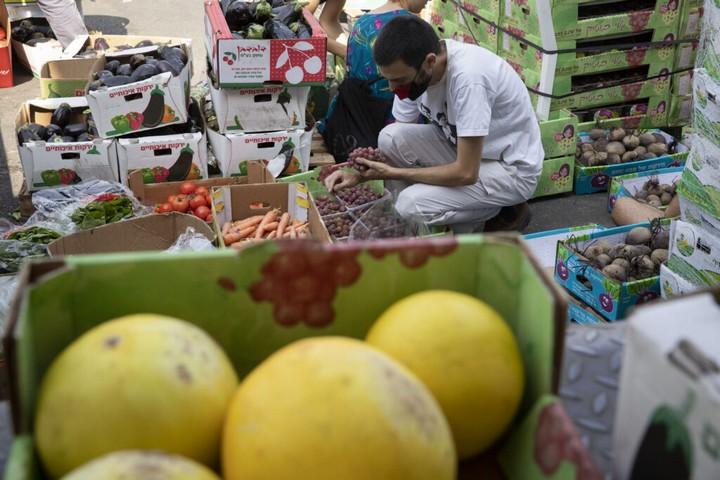 ארגוני חברה אזרחית מחלקים מזון בשווי של כמיליארד שקל בשנה. קבוצת ״מצילות המזון״ בשוק הסיטונאי בירושלים, ספטמבר 2020 (צילום: אורן זיו)