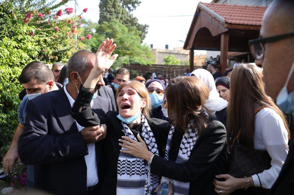 אשתו של סאיב עריקאת בהלוויתו ביריחו, ב-11 בנובמבר 2020 (צילום: אורן זיו)